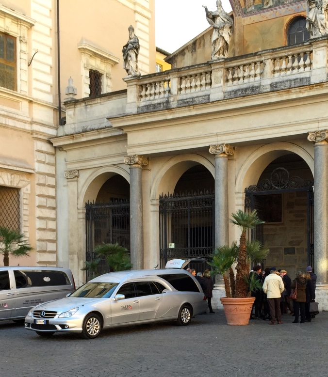 One of the nicest hearses I have ever seen, and I wondered who it is/was who got a funeral in the Basilica S. Maria in Trastevere, one of Rome's iconic churches.